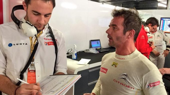 Sebastien Loeb présent au trophée Andros. Ici en discussion avec son ingénieur en WTCC.