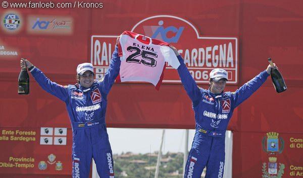 5 choses à savoir sur le Rallye de Sardaigne. Loeb et Elena célèbrent ici leur 2ème victoire en Sardaigne sur le toit de leur Xsara WRC.