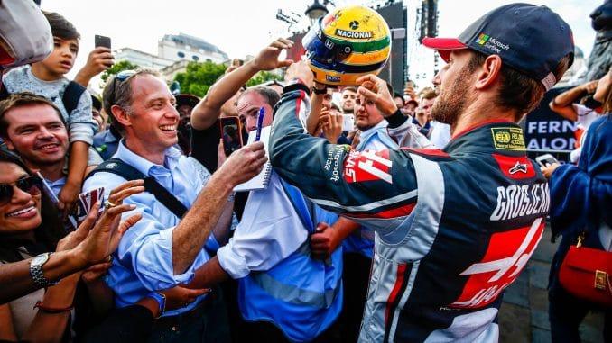 F1 2017 : Welcome to Silverstone !L'énorme ferveur populaire autour de Romain Grosjean lors du F1 live organisé mercredi dans les rues de Londres.