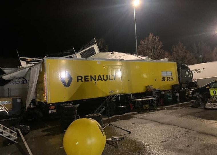 Une tempête détruit le parc d'assistance du Rallye Monte-Carlo.
